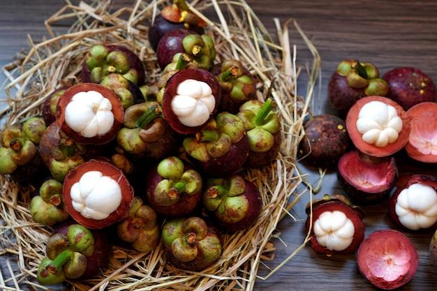 新鮮なマンゴスチンフルーツはタイの有名なおいしいフルーツです