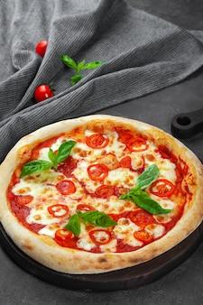 Свежая пицца маргарита с помидорами, базиликом, сыром моцарелла