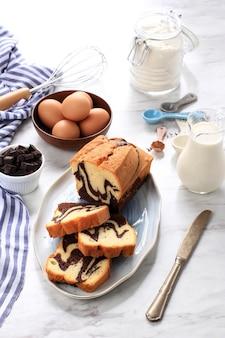 Свежий торт marmer, домашний мраморный торт, нарезанный из двух разных цветов, шоколад и бисквит. белая концепция пекарни