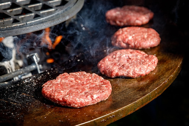 Котлеты из свежего мяса на сковороде-гриле. готовим бургер на гриле