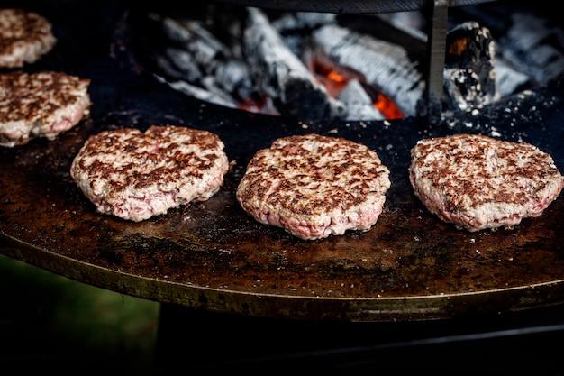 프라이팬 그릴에 신선한 고기 커틀릿. 구운 버거 요리하기
