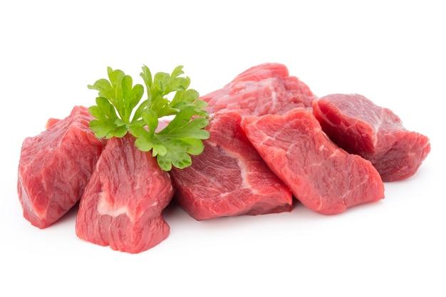 白い背景のスライスに新鮮な肉。