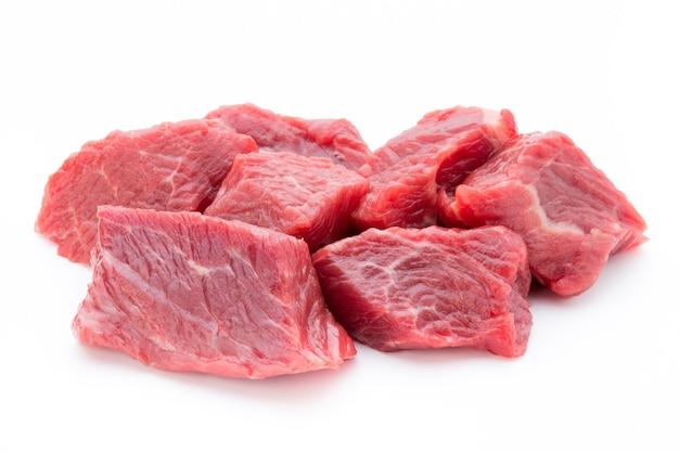 白い表面のスライスに新鮮な肉。