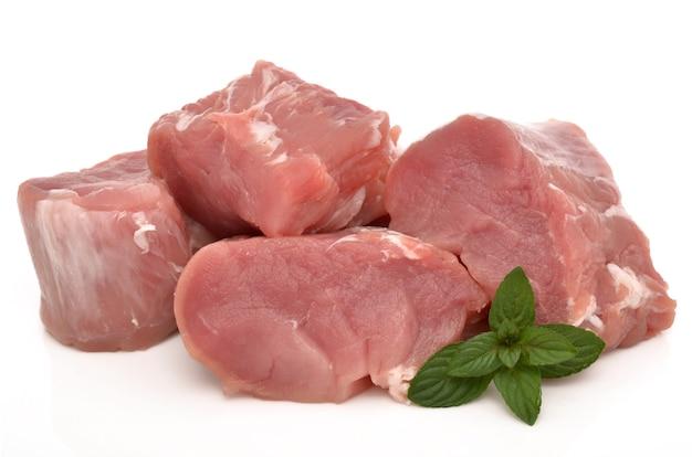 Свежее мясо на белой поверхности