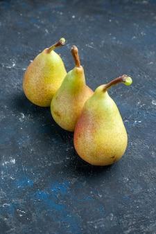 暗い机の上に並べられた新鮮なまろやかな梨全体の熟した甘い果物