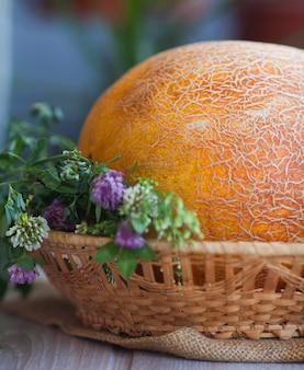 テーブルの上の新鮮なメロン