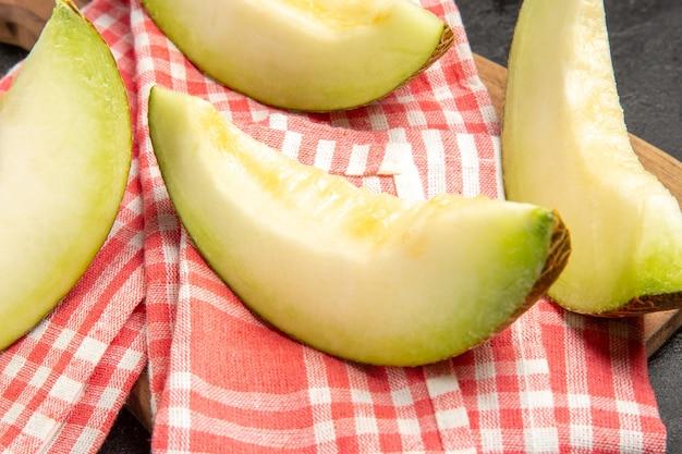 新鮮なメロンは黒でおいしい果物をスライスします