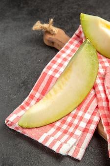新鮮なメロンは黒においしいまろやかな果物をスライスします