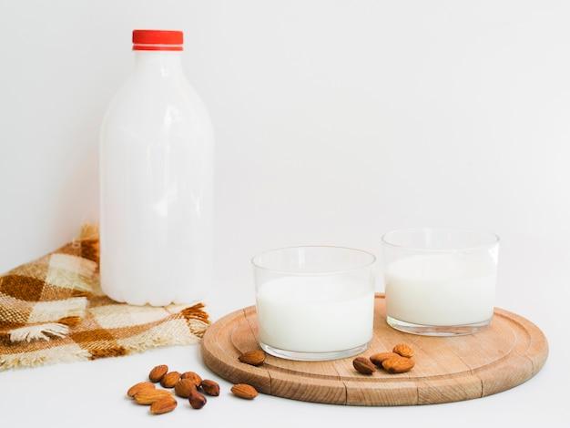 新鮮な牛乳とアーモンド