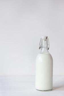 병에 신선한 우유