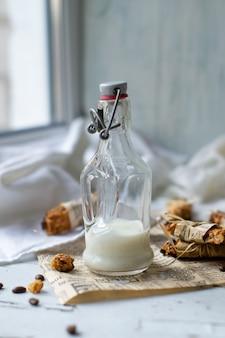 Свежее молоко в стеклянной бутылке