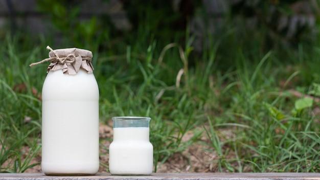 ガラス瓶の中の新鮮な牛乳