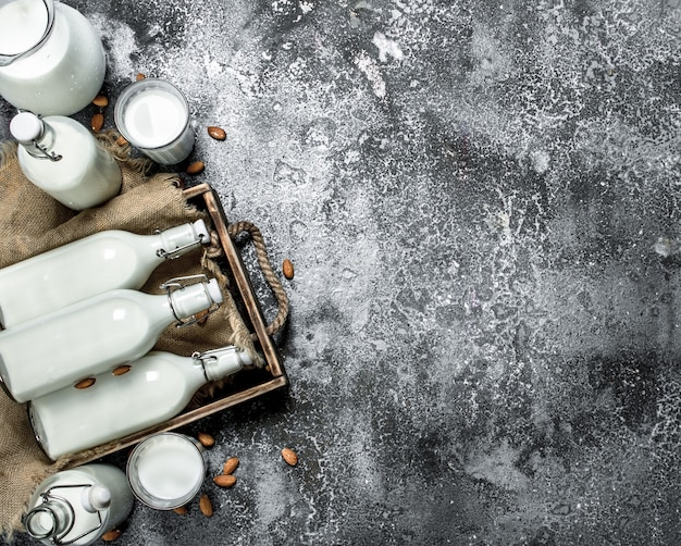 木製トレイの新鮮な牛乳