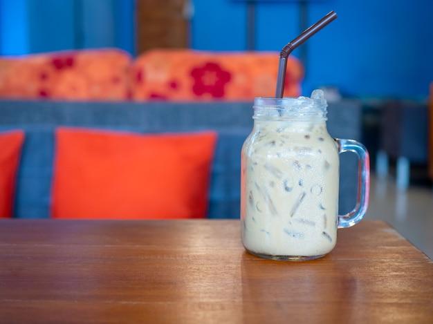 木の床に置かれたガラスの新鮮なミルクティー。空き容量あり