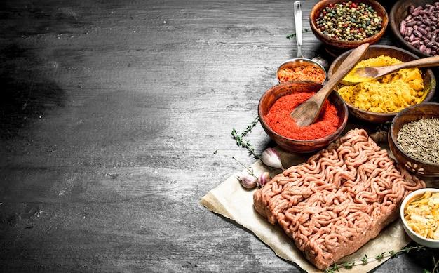 Свежий говяжий фарш со специями и ароматными травами
