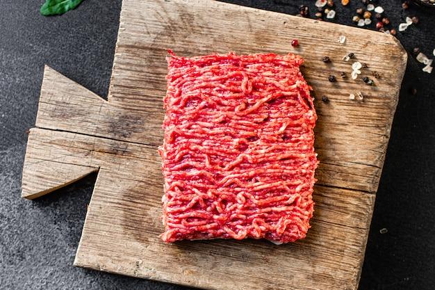 Ингредиент еды мясорубки свежий фарш на столе