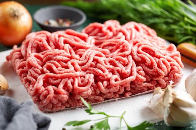 Carne macinata fresca pronta per la cottura
