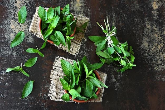 暗いテーブルに新鮮なミントの葉
