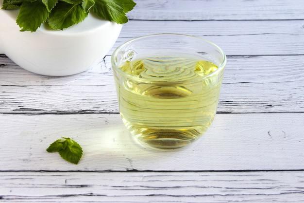 Концепция чая со свежей мятой на деревянном фоне copyspace detox пить чай