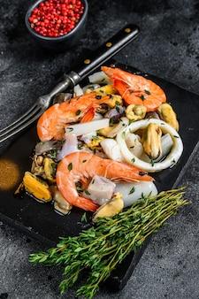 새우, 새우, 홍합, 오징어 및 문어와 함께 신선한 혼합 해산물 칵테일. 평면도.