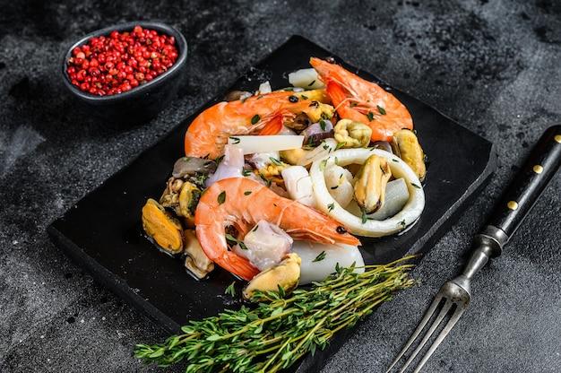 새우, 새우, 홍합, 오징어 및 문어와 함께 신선한 혼합 해산물 칵테일.