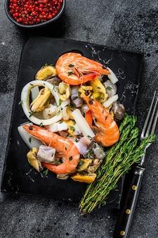 Свежий коктейль из морепродуктов с креветками, креветками, мидиями, кальмарами и осьминогами.