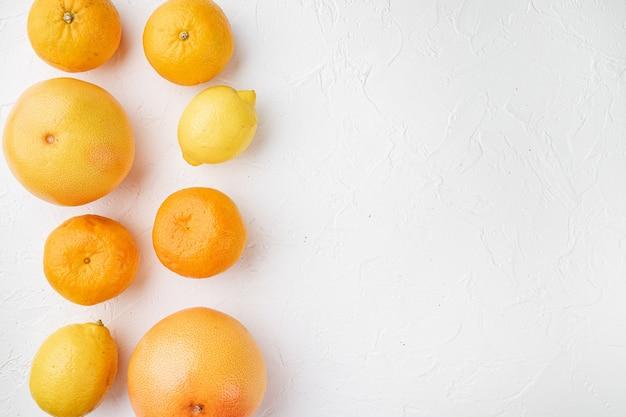 신선한 혼합 감귤류 과일 세트, 흰색 돌 테이블 배경, 상위 뷰 평면 누워, 텍스트 복사 공간