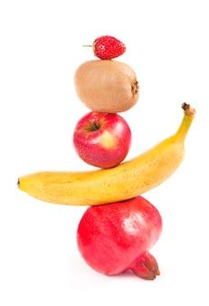 白い背景に落ちる新鮮なミックスフルーツ。食品のコンセプト