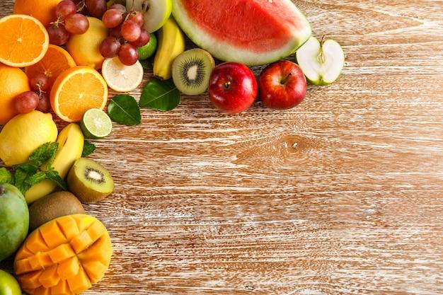 コピースペースのある素朴な木製の新鮮なミックスフルーツ
