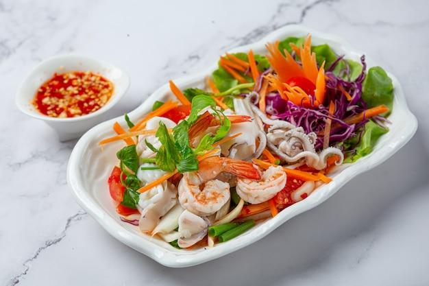 Салат из свежих морепродуктов, пряных и тайских блюд.