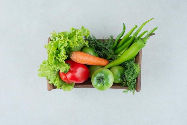 Verdure miste fresche in cassetta di legno.