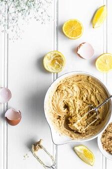 自家製レモンケーキレシピの新鮮な混合物
