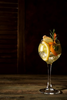 Свежий напиток мохито, помещенный на темный деревянный фон, копия пространства