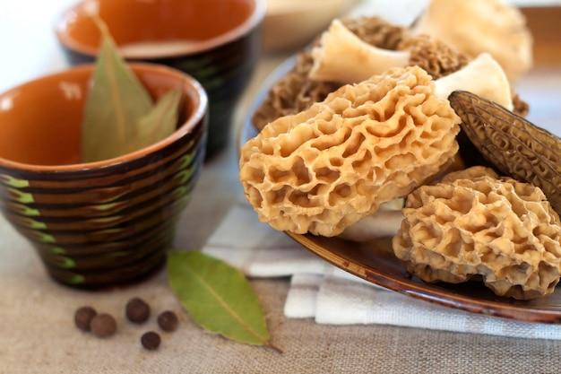 皿の上の新鮮なモレルキノコ