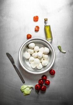 Свежая моцарелла с помидорами и специями