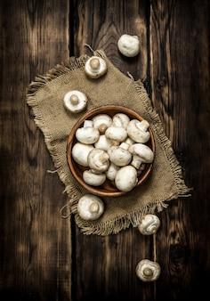 木製カップの新鮮なキノコ