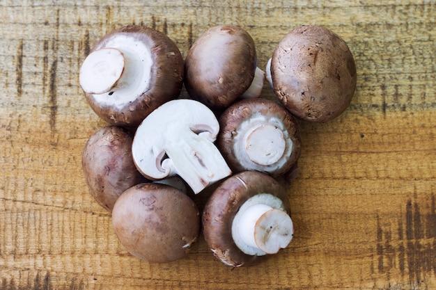 Свежие грибы на фоне wodden