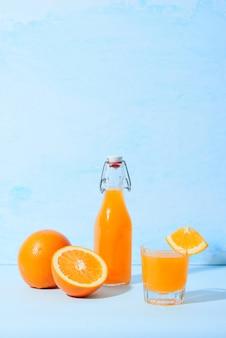 テーブルの上の新鮮な天然オレンジジュース。健康ドリンク。