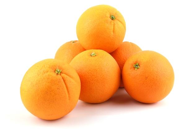 Свежие апельсины пупка, изолированные на белом фоне