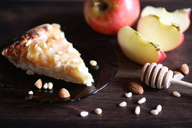 꿀과 케이크로 아침 식사를 위해 식탁에 신선한 견과류