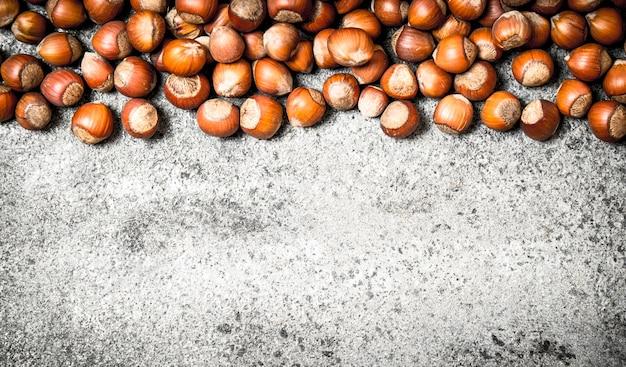 新鮮なナッツ素朴な背景のヘーゼルナッツ