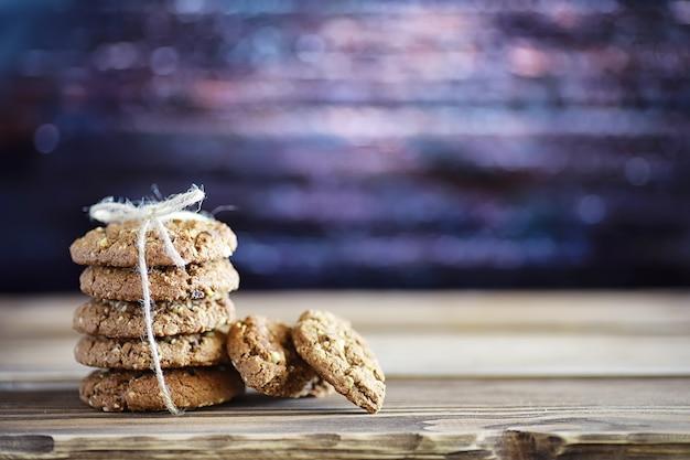Свежее овсяное печенье с молоком на фоне текстуры древесины