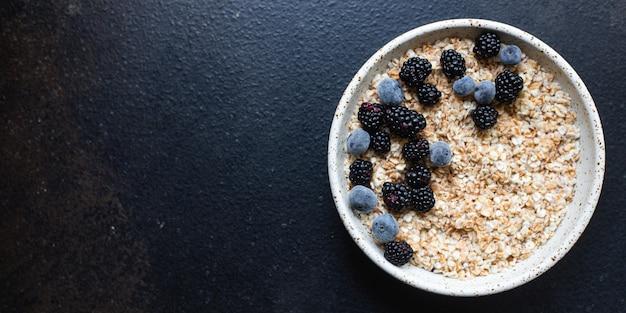 접시 맛있는 아침 식사에 신선한 오트밀 그 라 놀라 죽 열매
