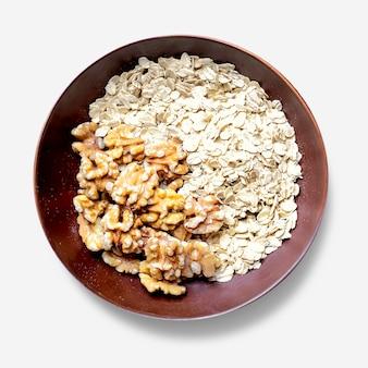 Noci di farina d'avena fresca nella ciotola laici piana