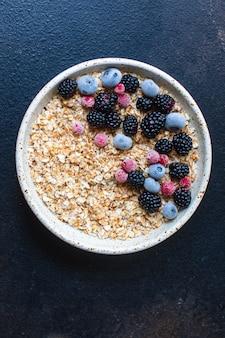 접시 맛있는 아침 식사 부분에 딸기와 신선한 오트밀