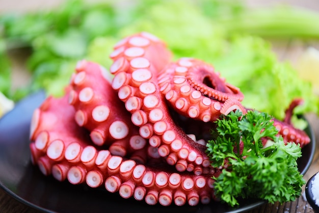 Свежая еда из осьминогов, салат из приготовленных кальмаров, морепродукты, ресторан каракатиц