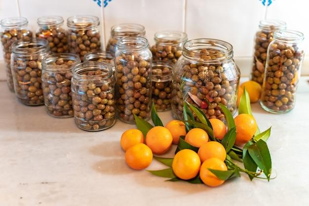 Свежие оливки в горшках средиземноморская кухня концепция оливкового масла