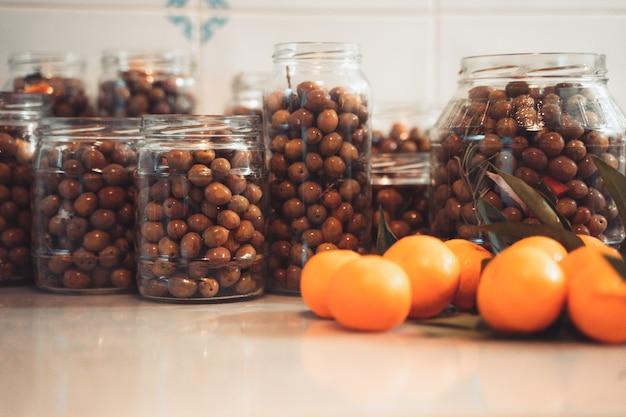鉢植えの新鮮なオリーブ地中海料理オリーブオイルのコンセプト