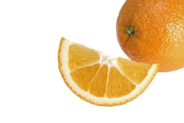 Свежий апельсин и ломтик на белом фоне