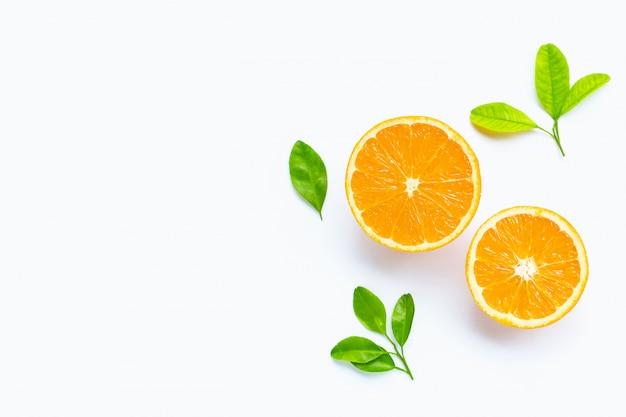 Свежие оранжевые цитрусовые с листьями, изолированные на белом фоне.